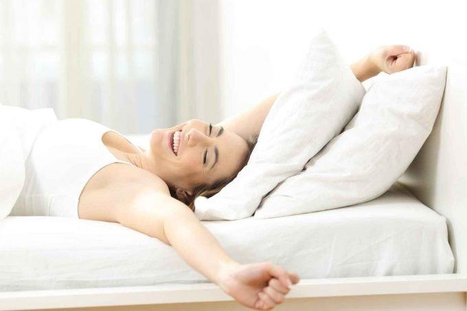 Mujer despertando contenta
