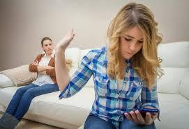 adolescente peliando con madre