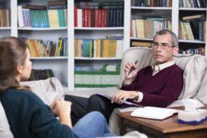Psicólogo y y paciente en primera sesión