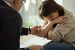 Por qué ir al psicólogo - Mujer con terapeuta