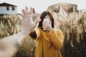 Relaciones en las Redes - chica con celular