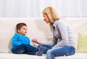 Qué es un psicólogo - madre hablando con hijo