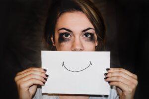 Salud mental - Mujer sosteniendo dibujo de una sonrisa