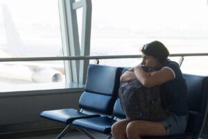 Aerofobia - Mujer en el aeropuerto con temor