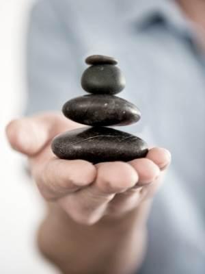 mujer balanceando piedras