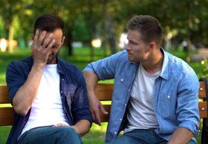 Deprimido - hombre aconsejando a amigo