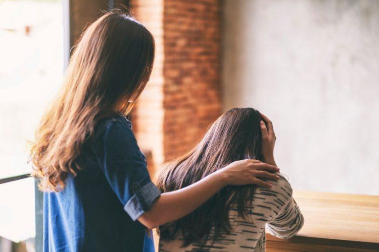 Deprimido - mujer ayudando a amiga