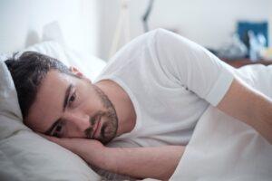 Distimia - Hombre tirado en la cama