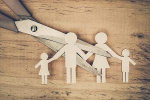Divorcio - Dibujo de familia cortada con tijera
