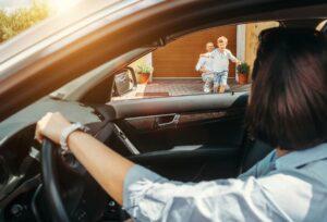Divorcio - Madre buscando a hijo en casa del padre
