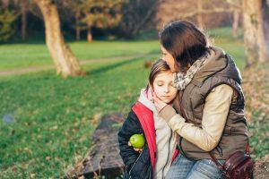 Duelo infantil - Madre consolando a hija