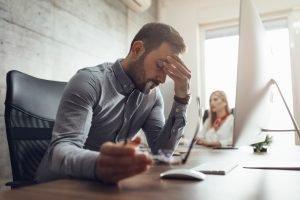 Mecanismos de defensa - Hombre estresado en el trabajo