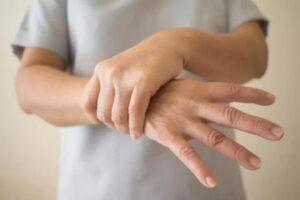 Parkinson 2 - Persona con temblor en las manos