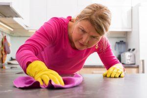 TOC - Mujer limpiando mesada