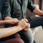 Terapia de pareja - Pareja agarrándose las manos