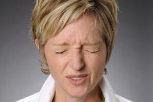 Tics nerviosos - Mujer con tic facial