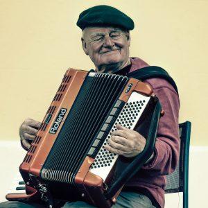 Música - Hombre mayor tocando el acordeón