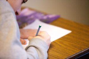 Ansiedad en exámenes - Mujer rindiendo examen