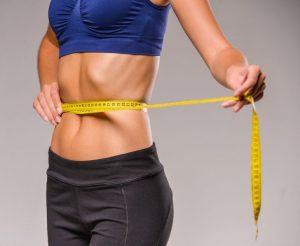 Trastornos alimenticios - Mujer con cinta alrededor del abdomen