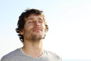 Técnicas de regulación emocional - Hombre respirando