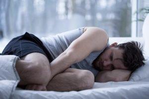 Síndrome de las Piernas Inquietas - Hombre tirado en la cama