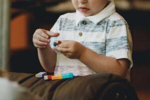 Asperger - Niño jugando con legos