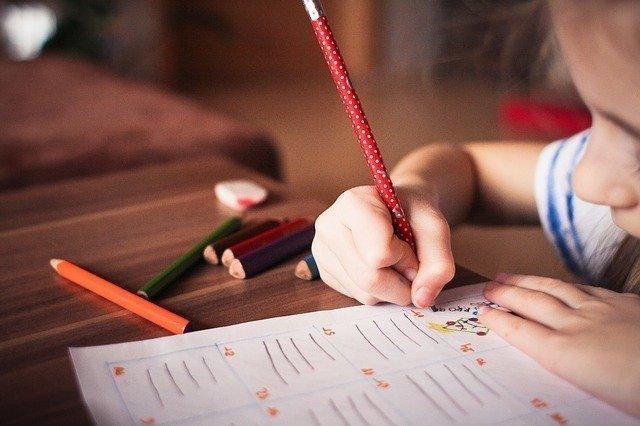 nene realizando el test ados-2