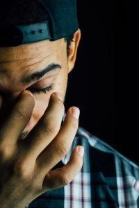 Trauma psicológico - Hombre frotándose los ojos