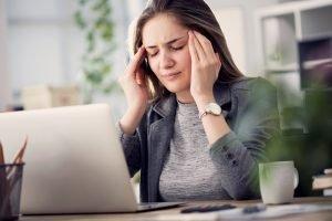 Migraña emocional - Mujer estresada