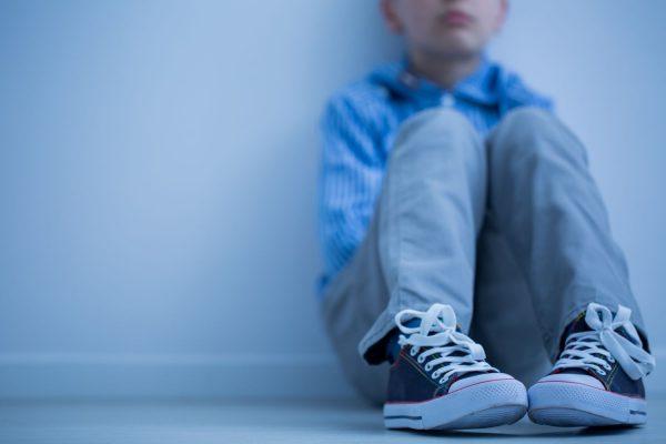 Asperger - Niño sentado solo
