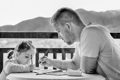 Terapia infantil - Padre dibujando con niña