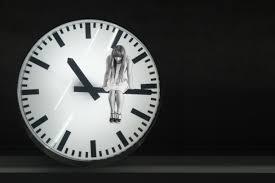 chica en reloj