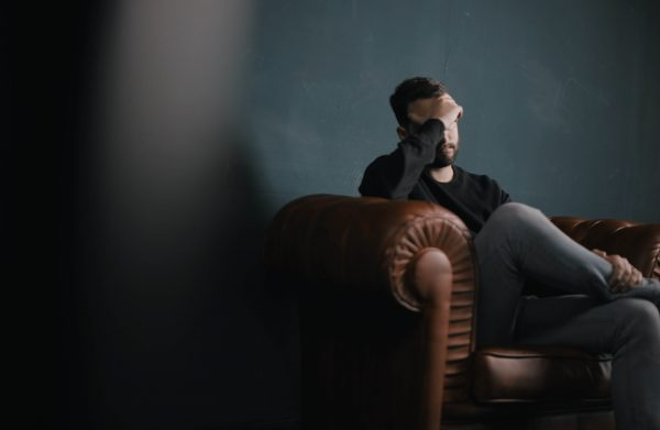 Duelo - fin de año - Hombre consternado sentado en un sillón