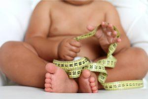 obesidad infantil - niño con cinta métrica en la mano