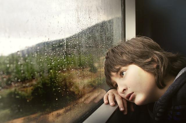 Estrés en los niños - Niño mirando la ventana