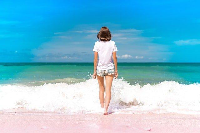 mujer ingresando al mar con talasofobia