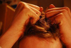 ilustracion de chico arrancandose el pelo