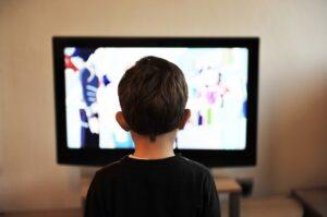 Estrés infantil - Niño frente a TV